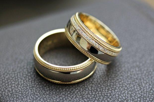 обручальные кольца из двух металлов с камушками
