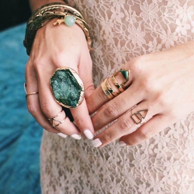 как носить кольца на пальцах женщине: массивные золото с зелеными камнями