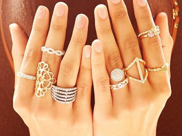 кольца разной формы на всех пальцах
