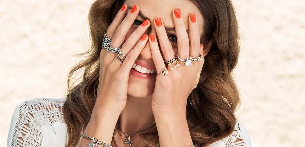 кольца на всех пальцах с камнями и без