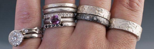 кольца на все пальцах серебро с камнями и без