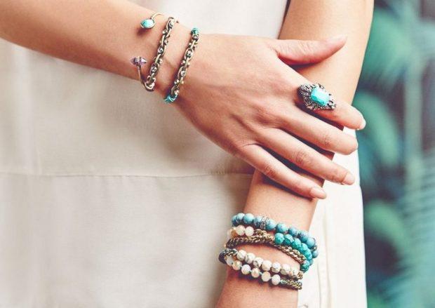 кольцо на указательном пальце с камнем