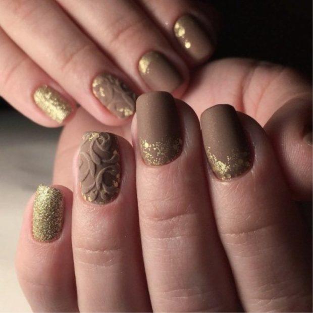 коричневый маникюр матовый с золотым узором на одном пальце вензеля