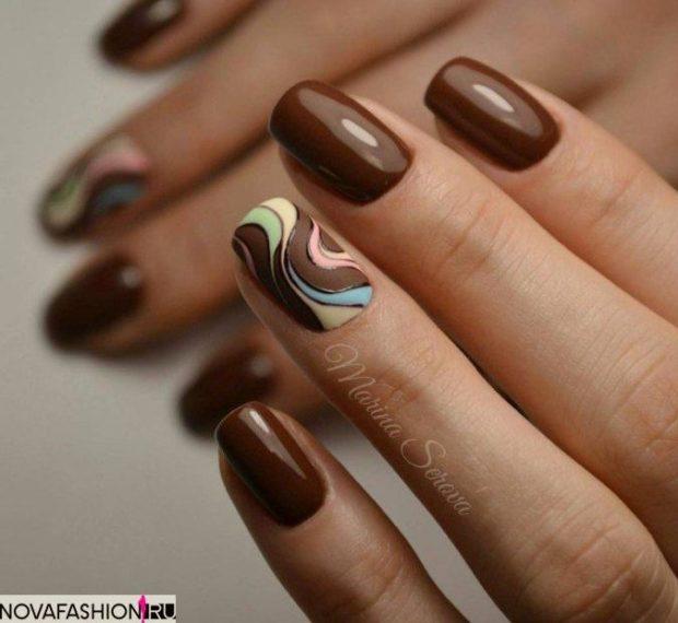 коричневый маникюр на одном пальце вензеля