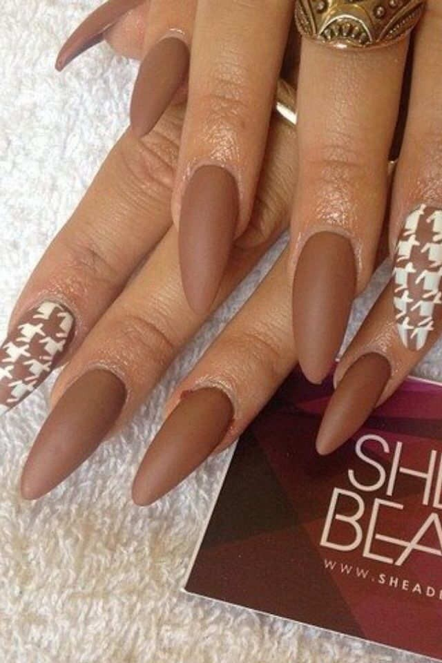 коричневый матовый на одном ногте дизайн