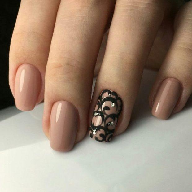 коричневый маникюр с рисунком вензеля на одном пальце