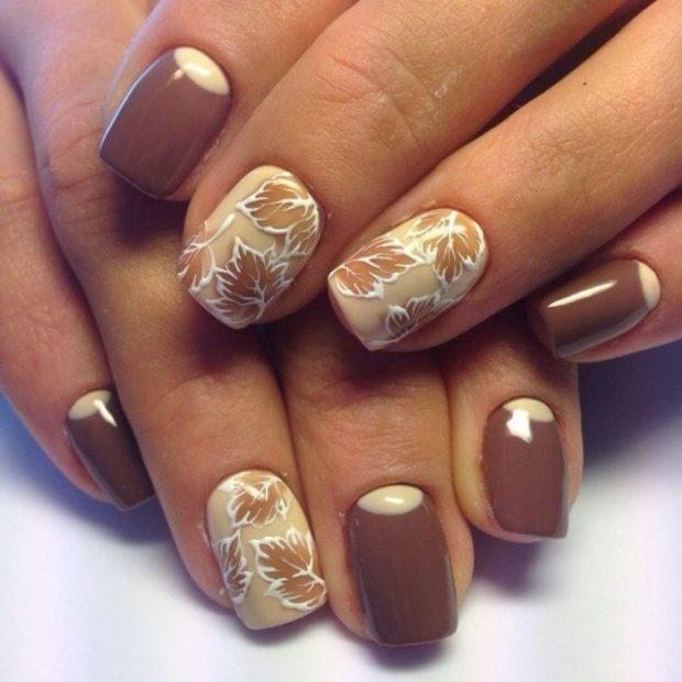 коричневый маникюр с дизайном на два ногтя
