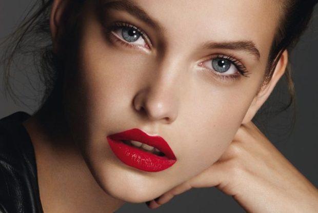яркие красные губы