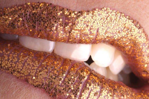 губы в блестки золото
