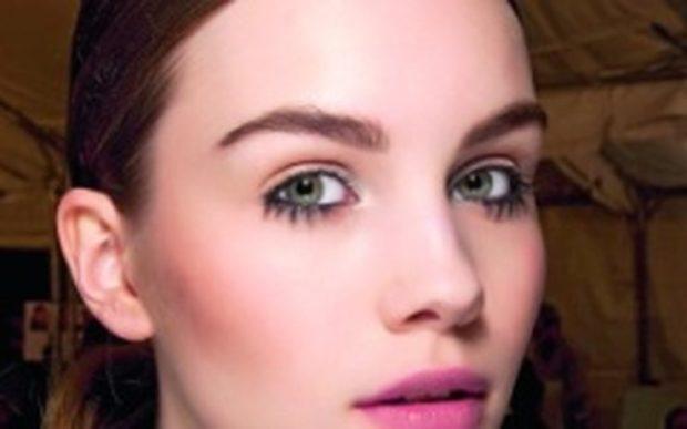 брови 2018 мода: густые натуральные светлые
