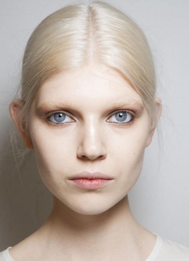 мода на брови 2018: высветленные натуральные