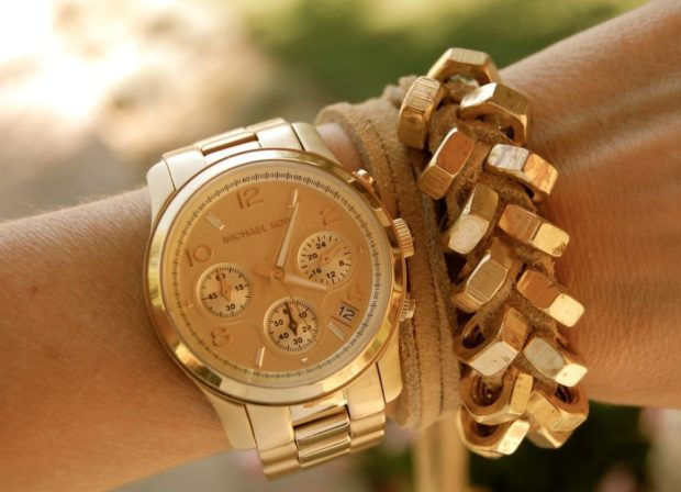 модные часы женские 2020: золотые с массивным браслетом