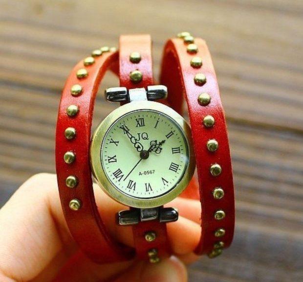 женские часы: на кожаном красном ремне с заклепками
