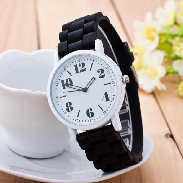 модные часы женские 2018-2019: на руку крупные цифры ремень каучук