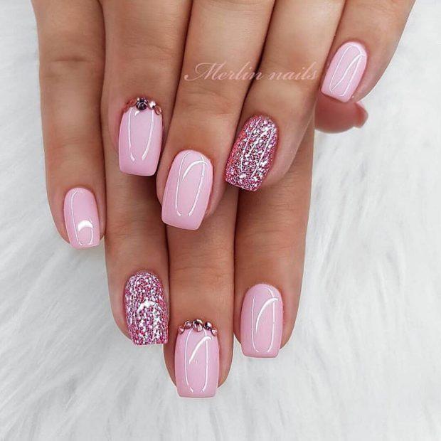 Модный дизайн ногтей шеллак 2019-2020: розовый глиттер