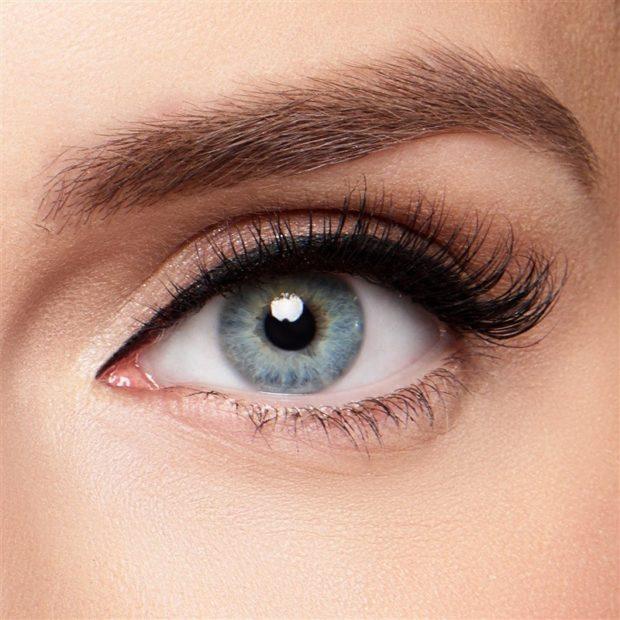 Magnetic eyelashes on the corner