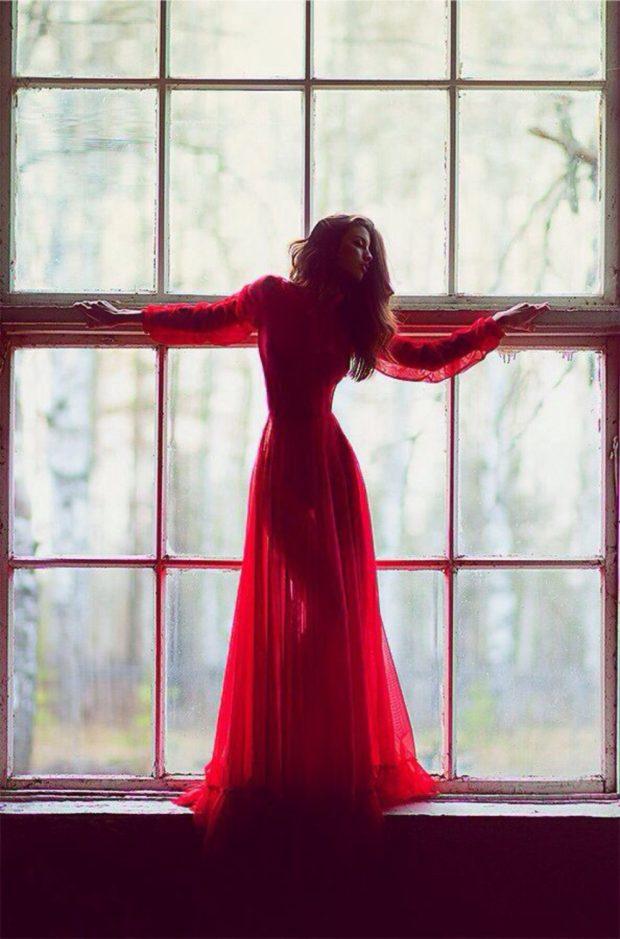 красное прозрачное платье