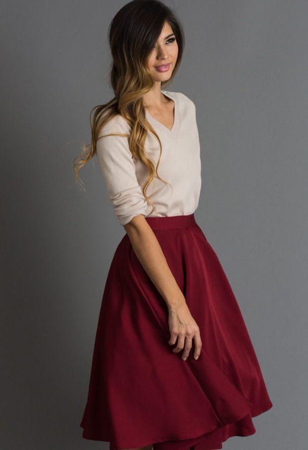 красная юбка по колено солнце