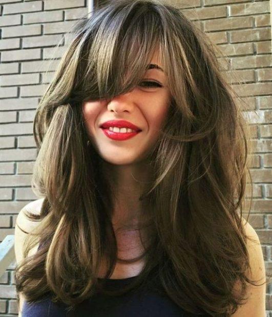 женская стрижка на средние волосы. С челкой каскад