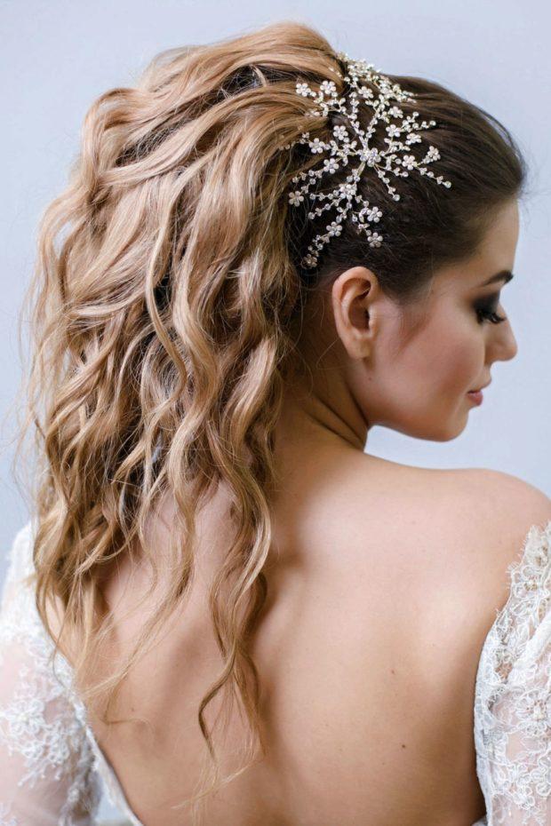 укладка волос: хвост с локонами украшенный заколкой