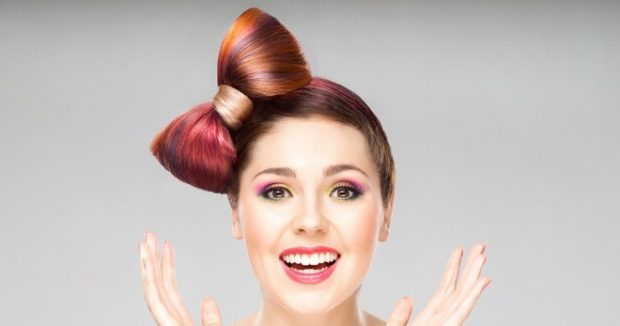 тренды укладки волос: бант сбоку на макушке