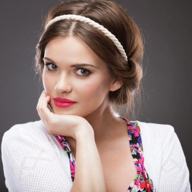 укладки модные тенденции фото: греческая украшена канатиком
