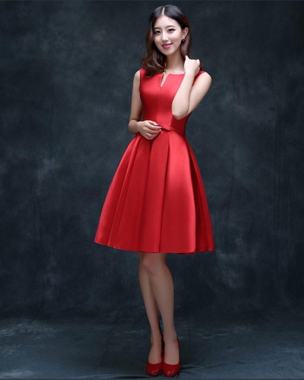 короткое вечернее платье: атласное красное без рукава