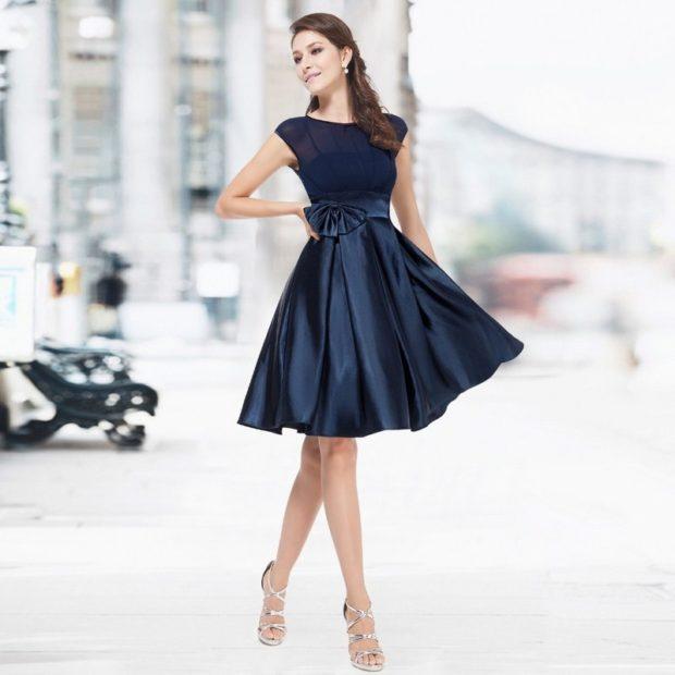 вечернее платье 2018 года короткое с бантом синее без рукава мода тенденции фото