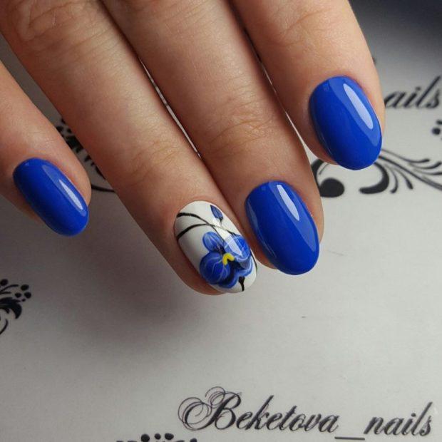 яркий маникюр 2018 синий на одном пальце цветок модные тенденции фото новинки гель лак