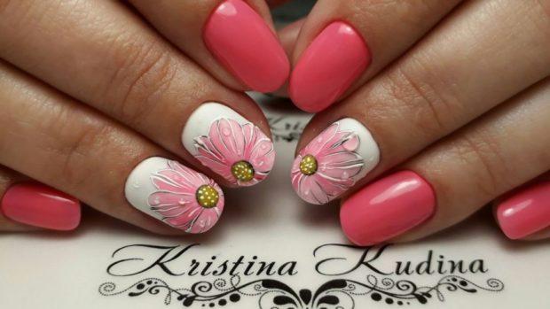 яркий маникюр розовый с белым с цветками