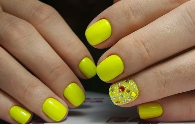 яркий маникюр: желтый с камешками