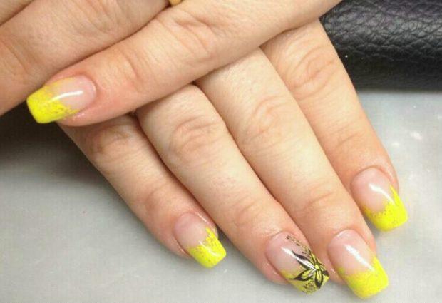 Яркий французский маникюр желтый