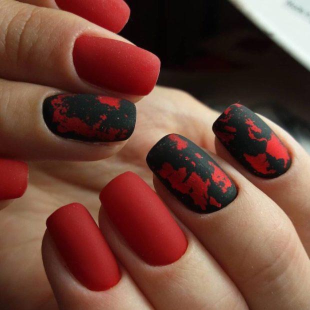 матовый маникюр ярко-красный с черными узорами
