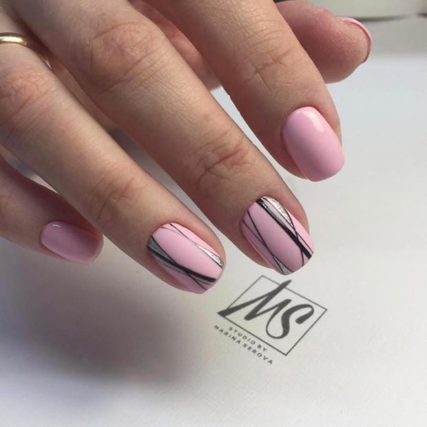 геометрический маникюр розовый с черным и серебристыми полосками