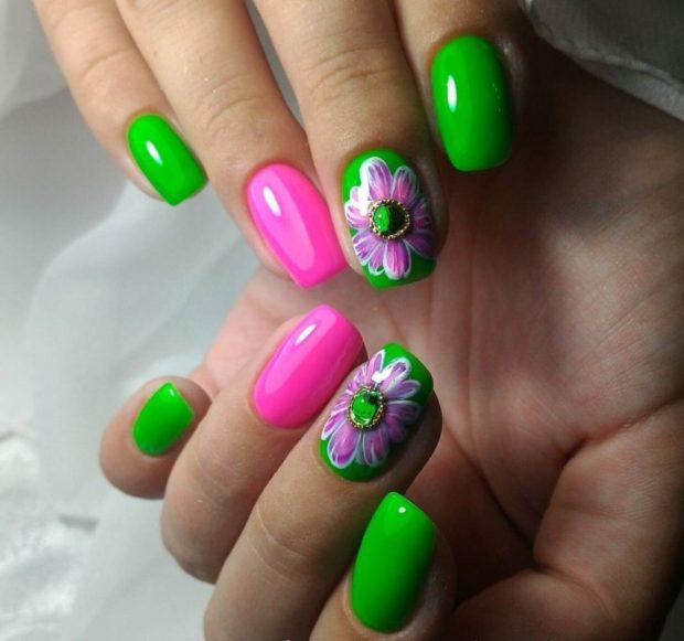 цветочный маникюр зеленый с розовым