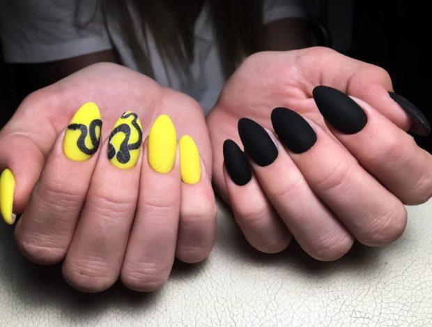 одна рука желтая узор змея другая черная