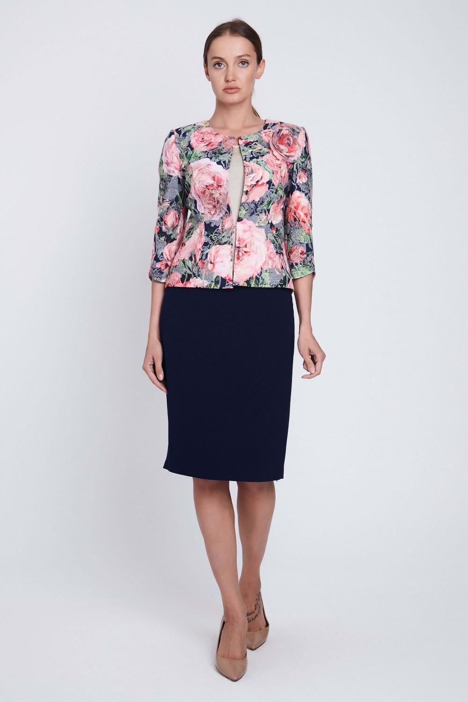 блуза цветочный принт и темная юбка карандаш