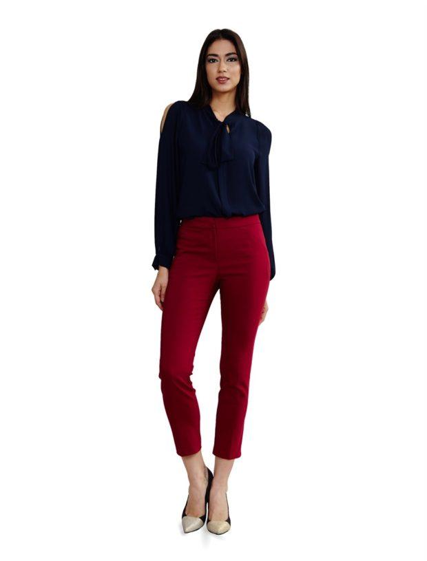 синяя блуза и бордовые брюки