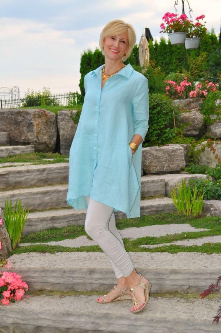 голубая удлиненная туника и белые брюки