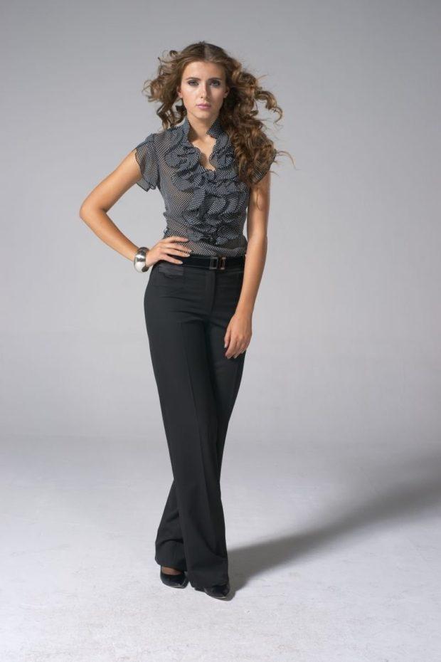 темные широкие брюки и серая блуза с рюшами