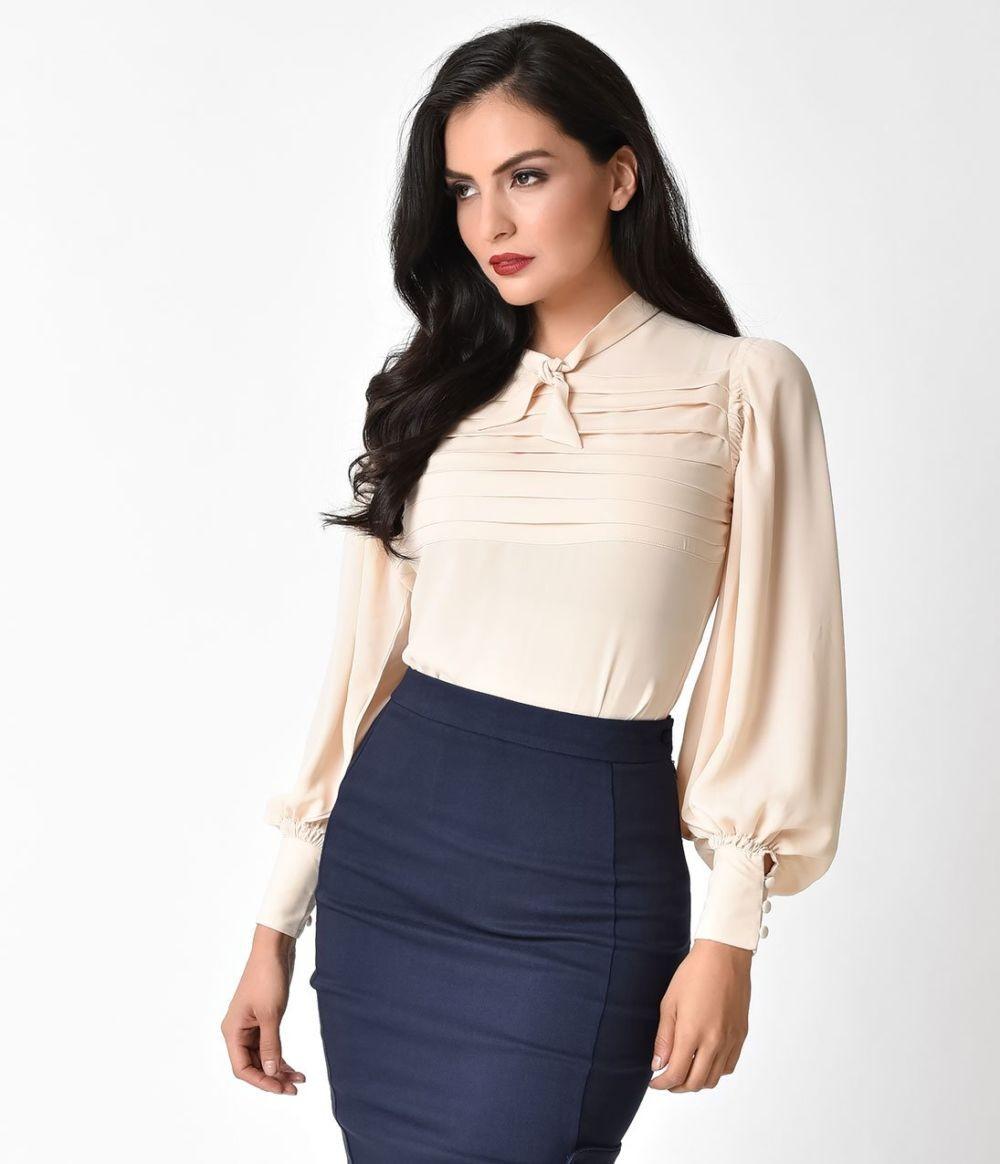 синяя юбка и молочная блуза