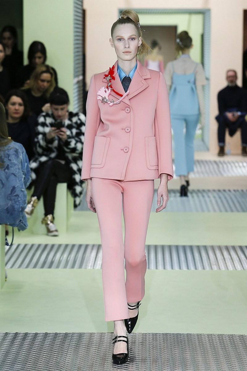 светло-розовый брючный костюм