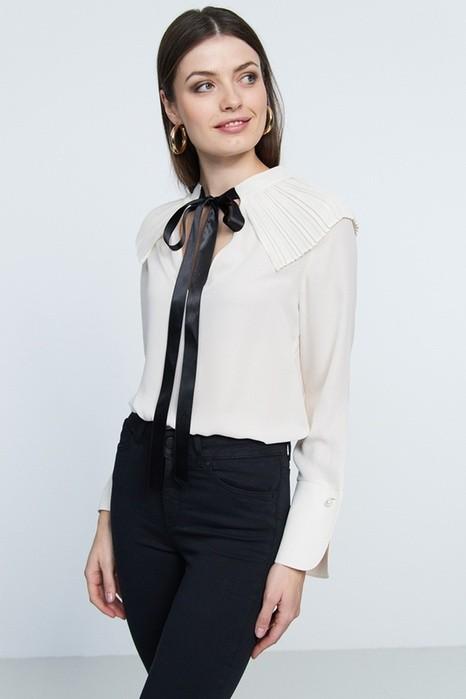 белая блуза с черным бантом