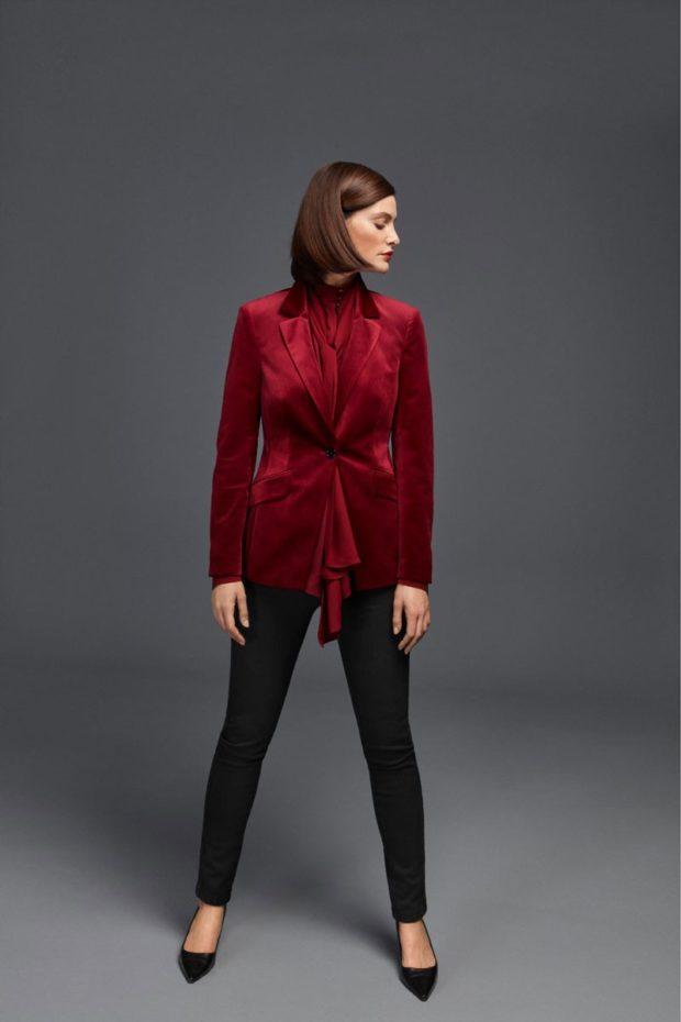 темные брюки и бархатный пиджак оттенка бордо