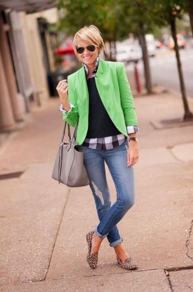 салатовый пиджак и синие джинсы
