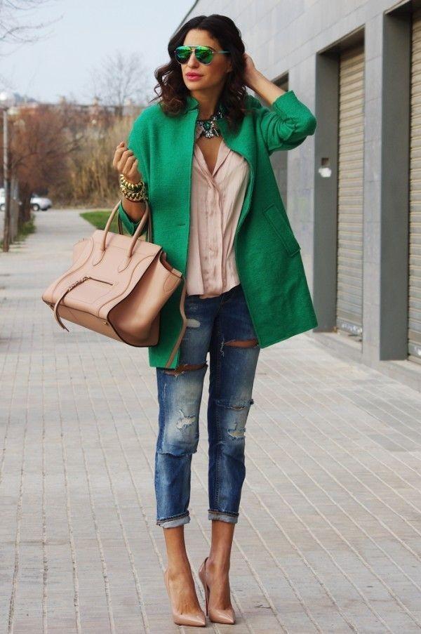 зеленое пальто и джинсы