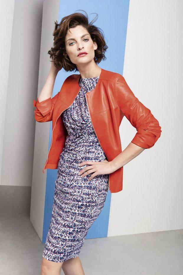 серое платье меланж и кожаная куртка