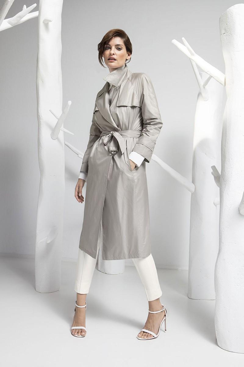 серый удлиненный плащ и белые брюки
