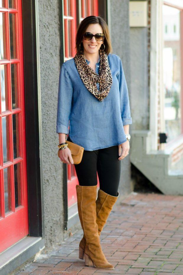шарф хищной расцветки и коричневые ботфорты