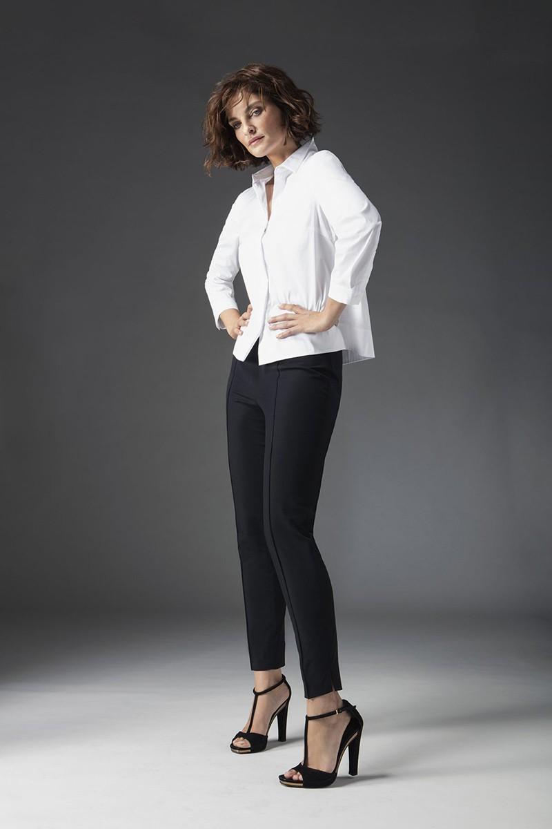 черные брюки и белая блуза с длинным рукавом